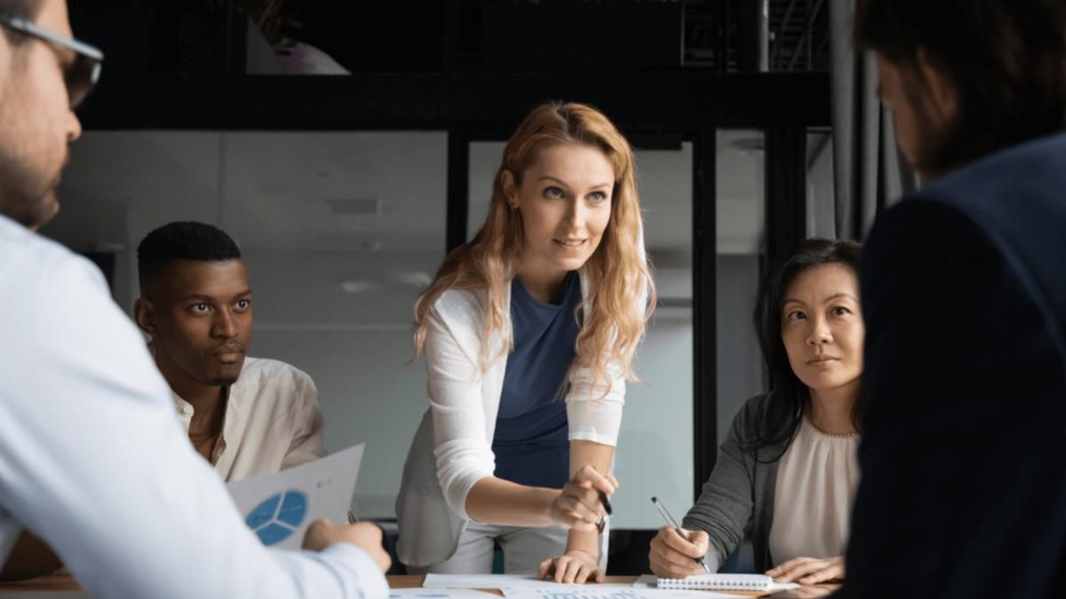 Mulher empresária relacionando dados com hard e soft skills com seus colegas de trabalho