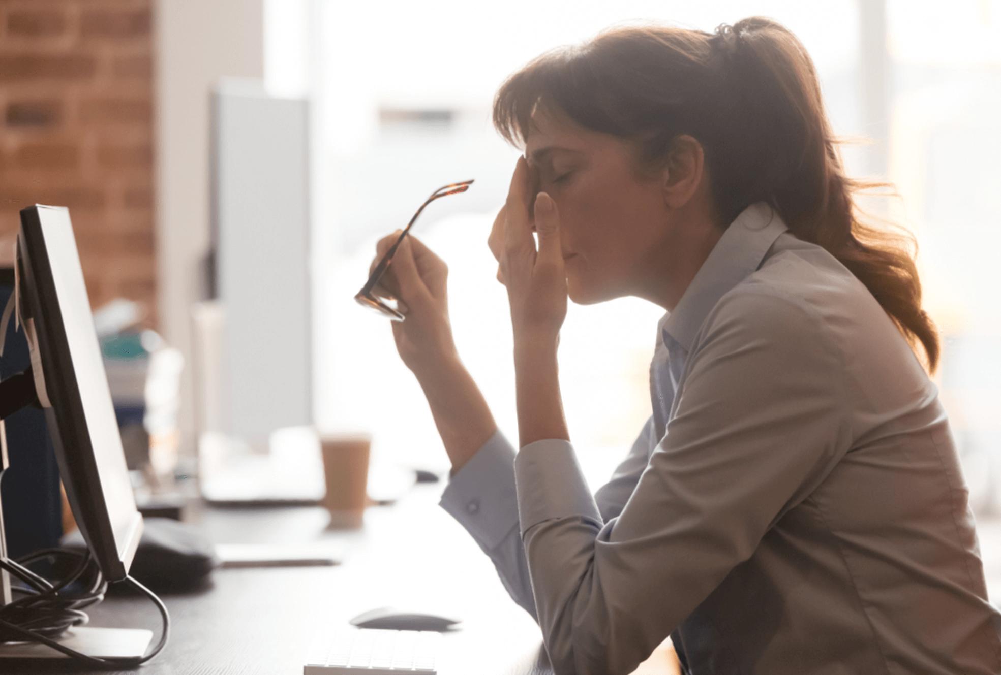 Mulher apresentando complicações com saúde mental no trabalho